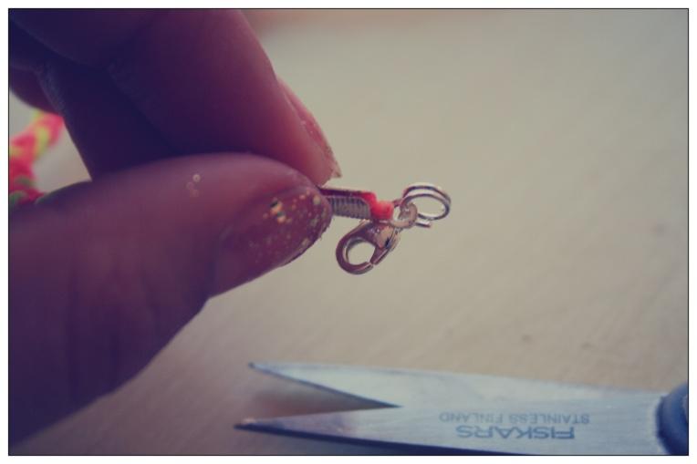 Accrochez les anneaux et le fermoir au bout.