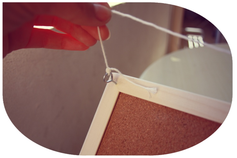 Vissez les accrochse au bord du tableau et nouez le fil afin de pouvoir l'accrocher au mur.