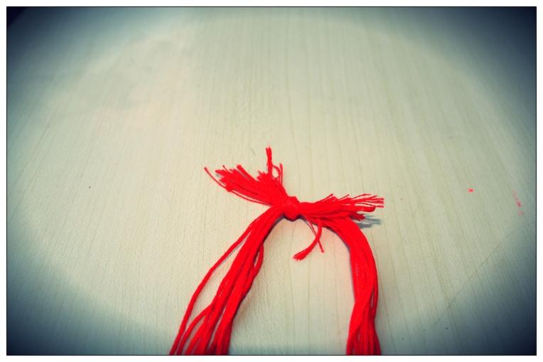 Faites un noeud entre les deux groupes de fils