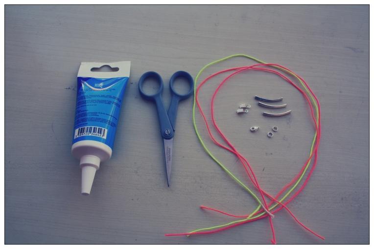 """Pour ce DIY il vous faut :  - Une colle pour tissu ou de la glue - 3 cordons de couleur fluo à la longueur de votre poignet - deux petits anneaux - deux """"encoches"""" pour tissu - un fermoir - 3 perles longues argentées - une paire de ciseaux"""