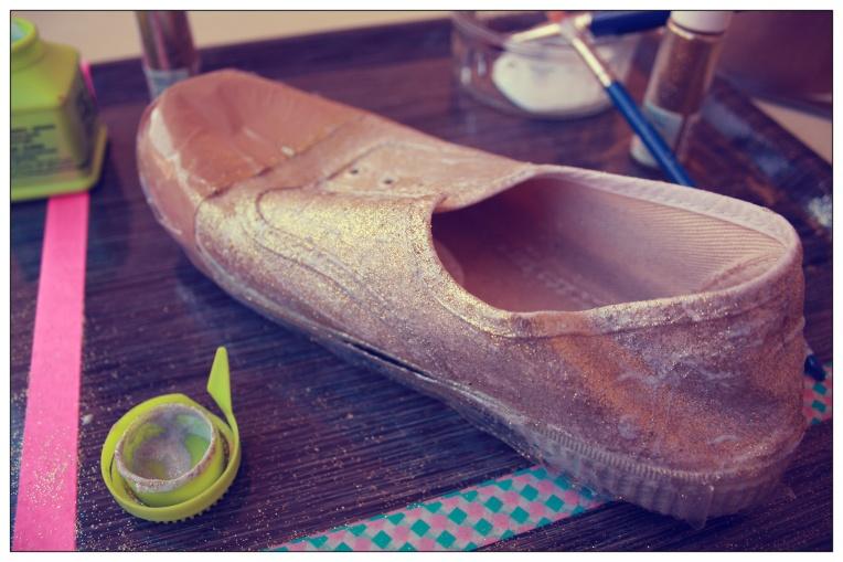 Recouvrez la chaussure de la texture colle + paillettes à l'aide du gros pinceau pour les zones larges et du petit pour les recoins