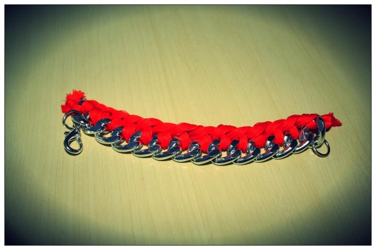 Coupez le noeud et ajoutez les anneaux et le fermoir.