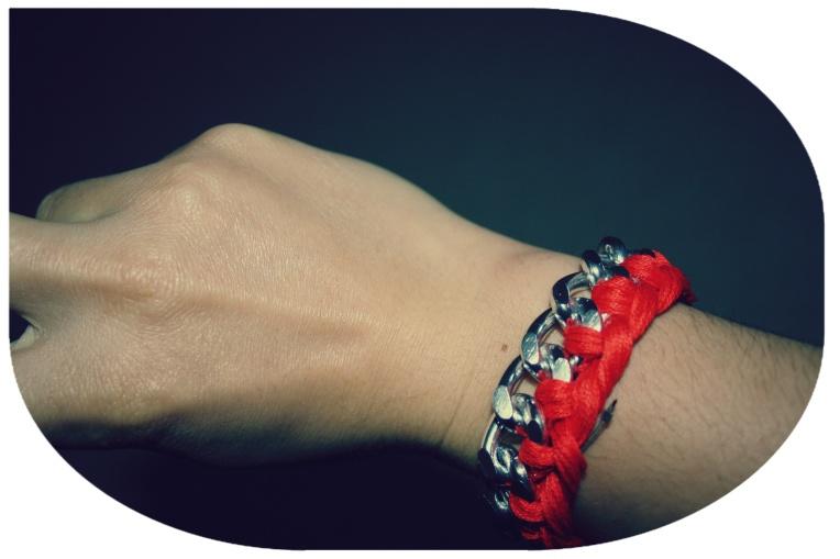 You win! Bravo! Vous voila avec un beau bracelet fait par vos soins, vous pouvez maintenant vous la raconter devant vos amis, ou alors être humble et ne rien dire (moi je fais plutôt partie de la première catégorie, malheureusement pour ceux qui m'entourent). Vous pouvez mettre plusieurs couleurs c'est trés joli aussi et vous pouvez le faire de l'autre côté des maillons aussi c'est joli! Moi je vais me lancer dans la création de bijoux donc si vous avez la flemme vous pourrez bientôt les acheter sur etsy, je vous tiendrai au courant ;)