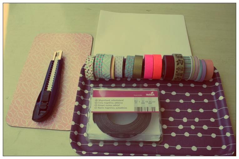Pour ce DIY il vous faut : - un rouleau aimanté adhésif - des rubans décoratifs (Masking tape) - un cutter - une planche à découper - une feuille blanche - une paire de ciseaux