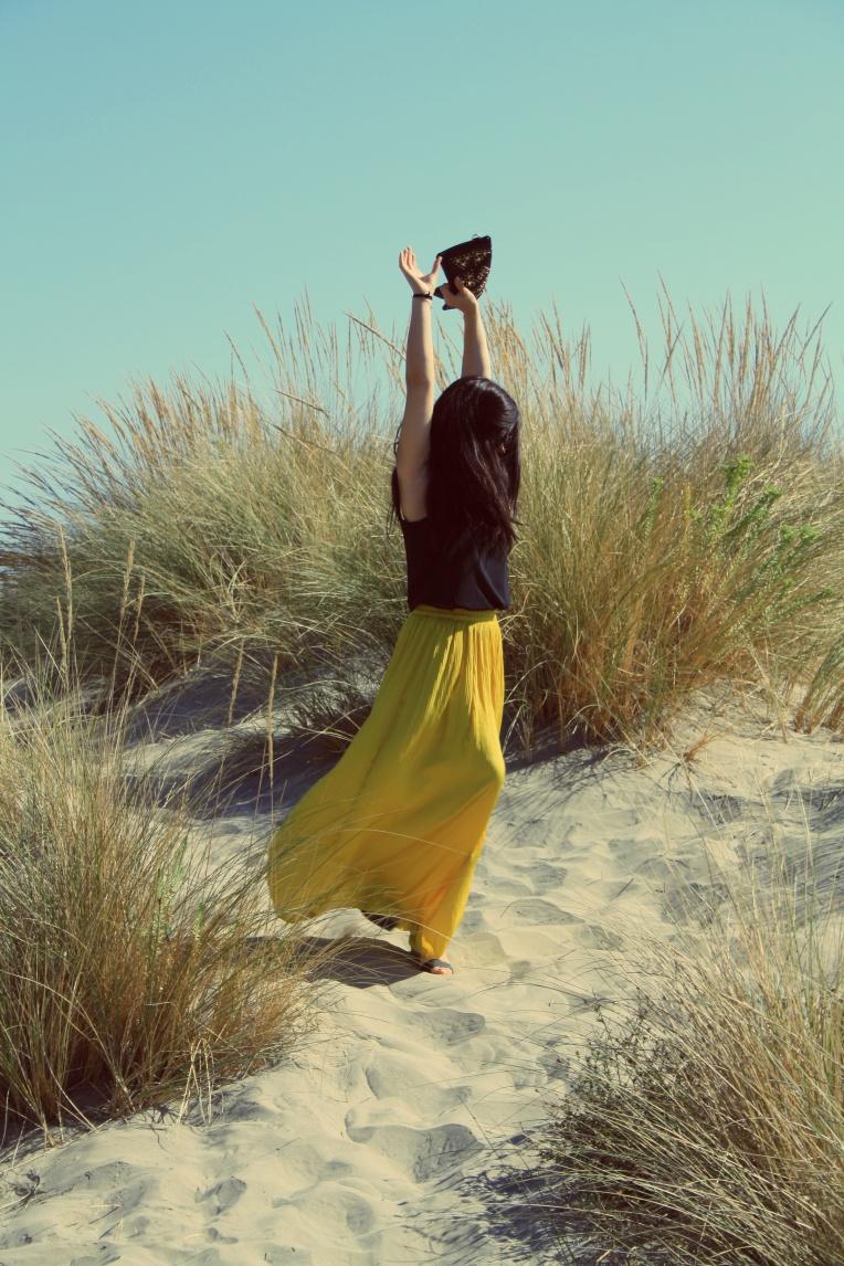 Haut - Zara Jupe Jaune - Zara Pochette - San Marina Vernis - Biguine Lunettes de soleil - Ray Ban