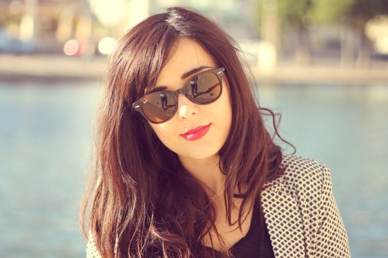 Tee shirt - Billabong Veste - H&M Pantalon - H&M Chaussures - San Marina Sac - Lancaster Paris Lunettes - RayBan Jambes reflétées dans mes lunettes de soleil - Coralie